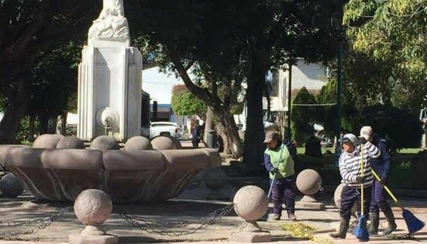 Gobierno municipal repara nuevamente esfera de cantera del jardin de tequis