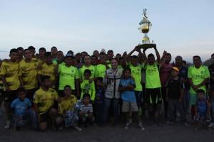 LA CANDIDATA perredista posó para la foto con los jugadores en la final del torneo de la Comunidad de El Rosario