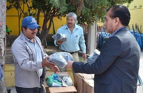 Alcalde interino entrega material de seguridad a trabajadores de servicios municipales