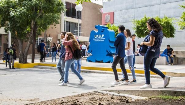 Alumnos de nuevo ingreso a la UASLP acuden con gran entusiasmo a clase